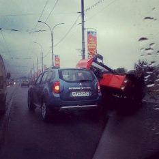 Мини-трактор свалился на машину